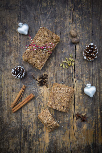 Нюрнбергская gingerbread и ингредиенты на столе — стоковое фото