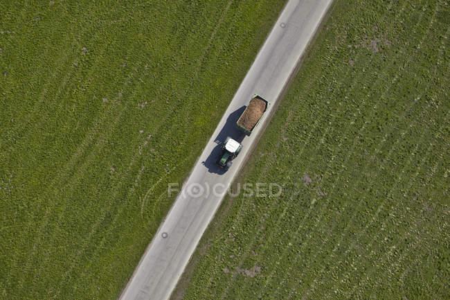 Germania, Baviera, Veduta aerea del trattore con rimorchio — Foto stock