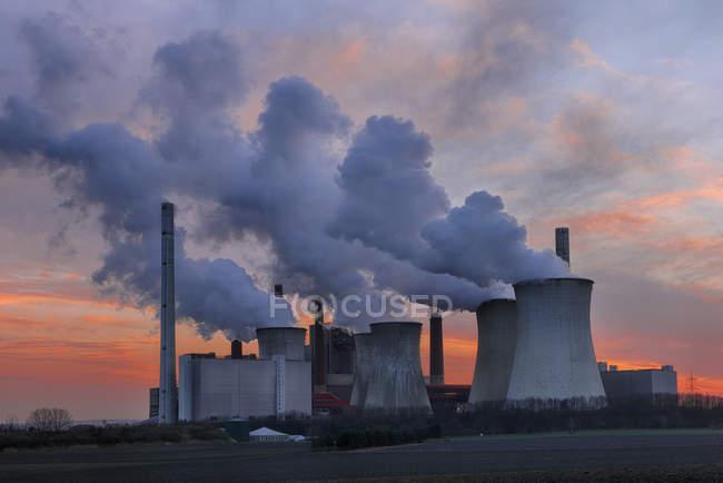 Германия, Северный Рейн-Вестфалия, Гревенброх-Нейрат, Нейрат электростанции на закате — стоковое фото