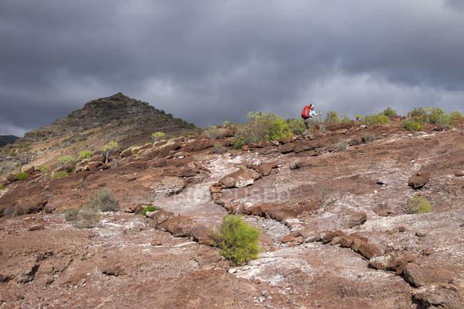 Canary Islands, La Gomera, Alajero, woman walking on hiking trail Sendero Quise — Stock Photo