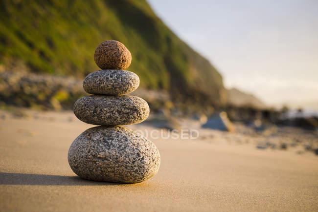 Четыре небольших камня в равновесии на пляже, Вальдвино, Галисия, Испания — стоковое фото
