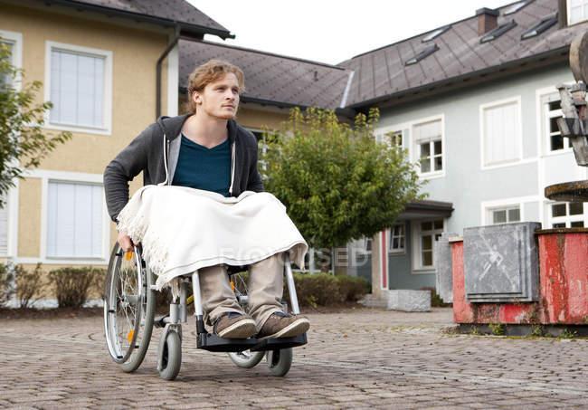 Дневное время портрет пользователя инвалидной коляски молодых — стоковое фото