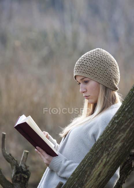 Портрет читательницы осенью — стоковое фото