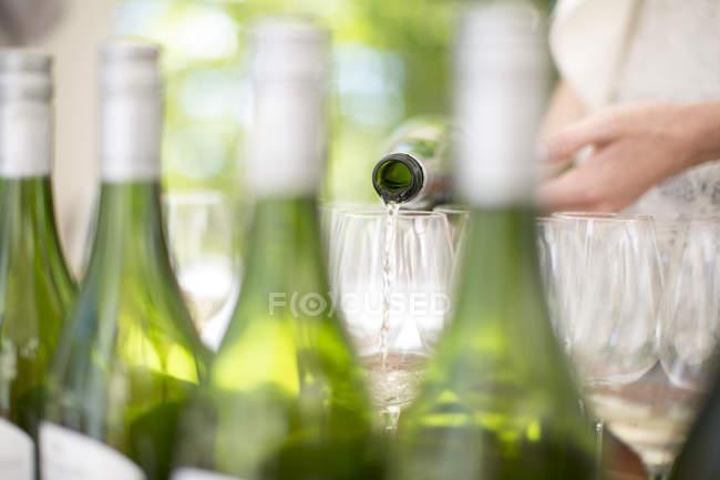 Белое вино, вылил на дегустацию сессии — стоковое фото