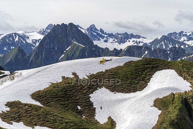 Літати вертоліт в Nebelhorn в Альпах Allgaeu, Німеччина — стокове фото