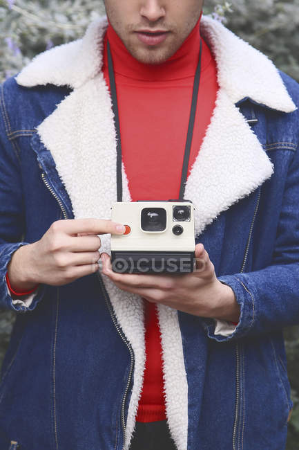 Man taking instant photo with instant camera — Stock Photo