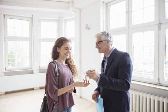 Agente immobiliare consegnare la chiave al client — Foto stock