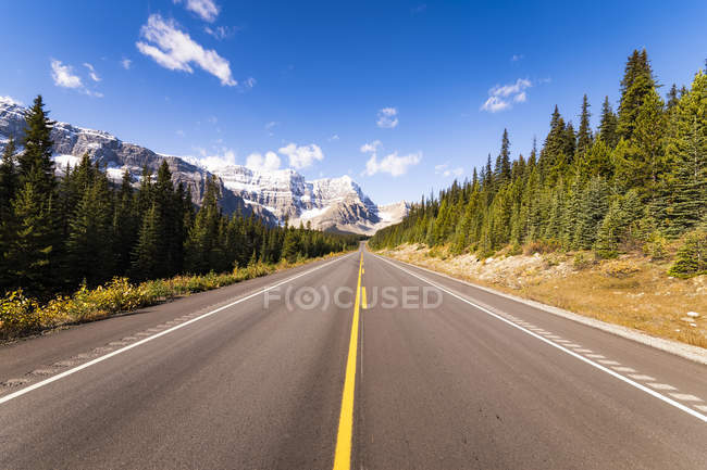Canadá, Alberta, campo de gelo Parkway e estrada vazia — Fotografia de Stock