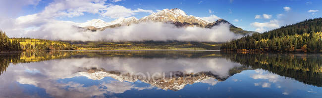 Jasper-Nationalpark, Jasper, Pyramid Mountain, Kanada, Pyramid Lake am Morgen — Stockfoto