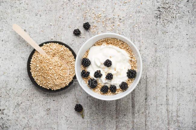Quinoa farina integrale, quinoa spuntato con yogurt e more — Foto stock
