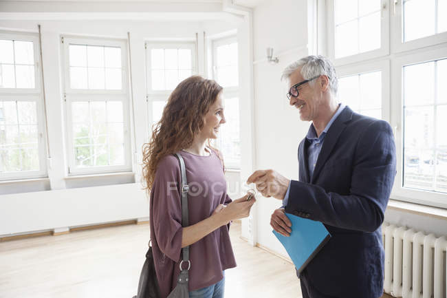 Real estate agent handing over key to client — Stock Photo