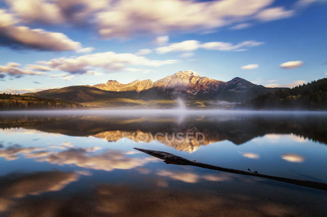 Canada, Jasper National Park, Jasper, Pyramid Mountain, Pyramid Lake in the morning — Stock Photo