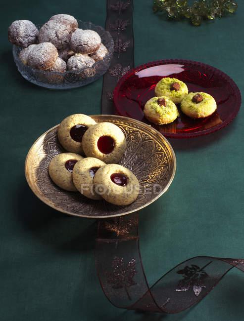 Выбор различных рождественских печенек в мисках — стоковое фото