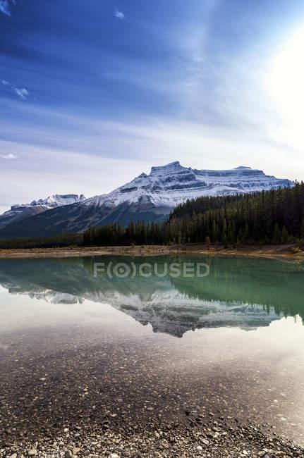 Canada, Alberty, Parc National Jasper, lac avec Perrahu sur le fond — Photo de stock