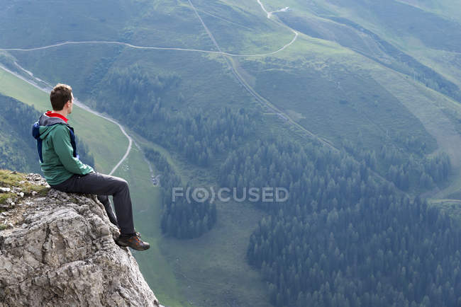 Hiker sitting on rock — Stock Photo