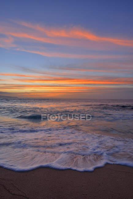 Sunset at a sandy beach. Oahu, Hawaii, USA, Pacific Islands, Pacific Ocean. — Stock Photo