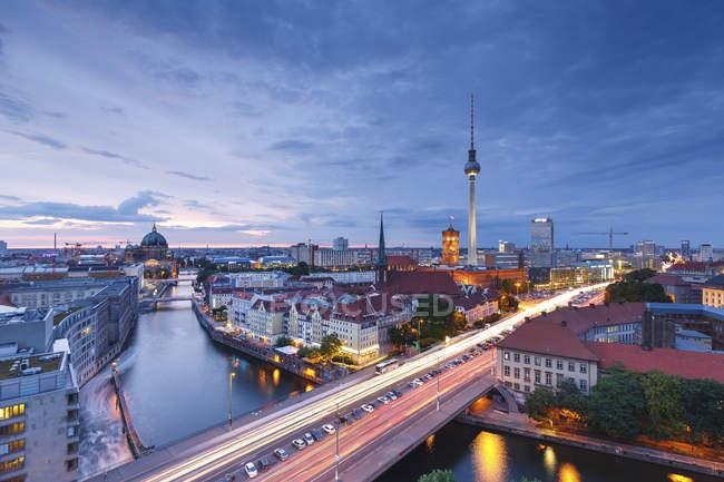 Germania, Berlino, Berlin-Mitte, Fisher Island e Torre della Tv di Berlino di sera — Foto stock