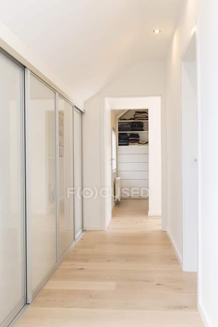 Armadio A Muro Corridoio.Corridoio Di Appartamento Moderno Con Armadio A Muro Scaffali Beni Immobili Stock Photo 180508480