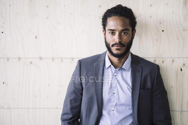 Retrato de jovem empresário, olhando para a câmera — Fotografia de Stock