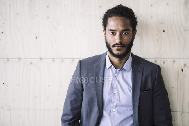 Young businessman portrait looking at camera — Stock Photo