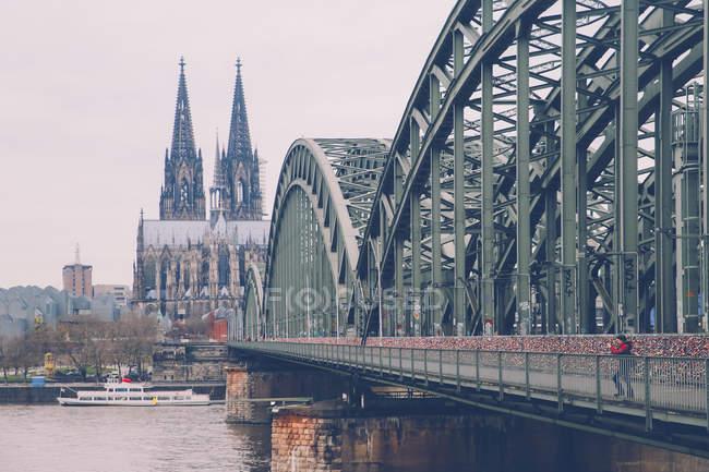 Deutschland, köln, frau fotografiert an hohenzollernbrücke — Stockfoto