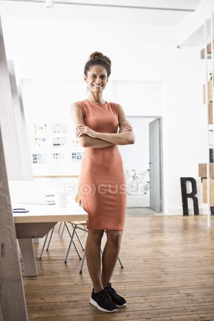 Portrait de femme souriante au bureau — Photo de stock