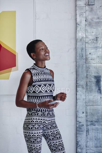 Mujer sonriente con smartphone - foto de stock