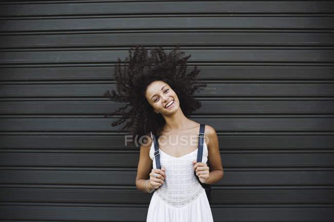 Wyoung oman balançando a cabeça — Fotografia de Stock