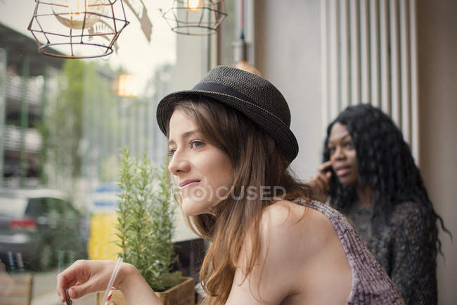 Amico seduto in un caffè, guardando fuori della finestra — Foto stock