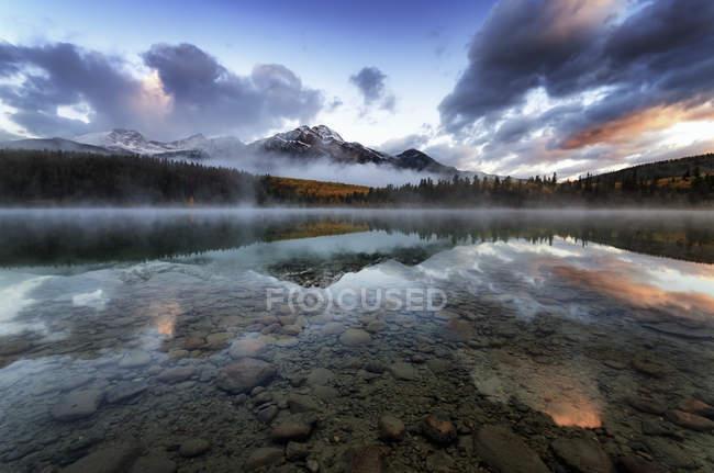 Канада, Национальный парк Джаспер, Джаспер, гора Пирамид, озеро Фасиа утром — стоковое фото