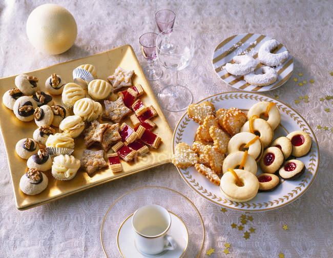 Выбор различных Рождественское печенье на пластины — стоковое фото