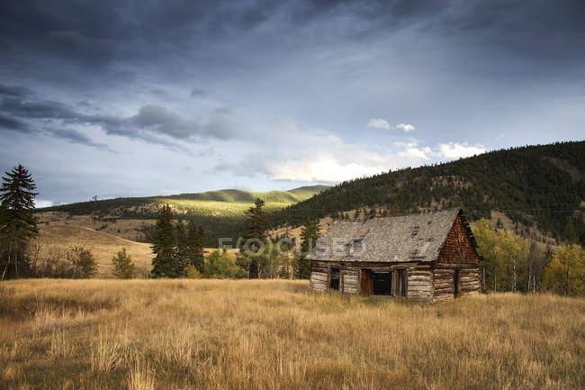 Canada, vicino a Lillooet, vecchio fienile nel campo — Foto stock