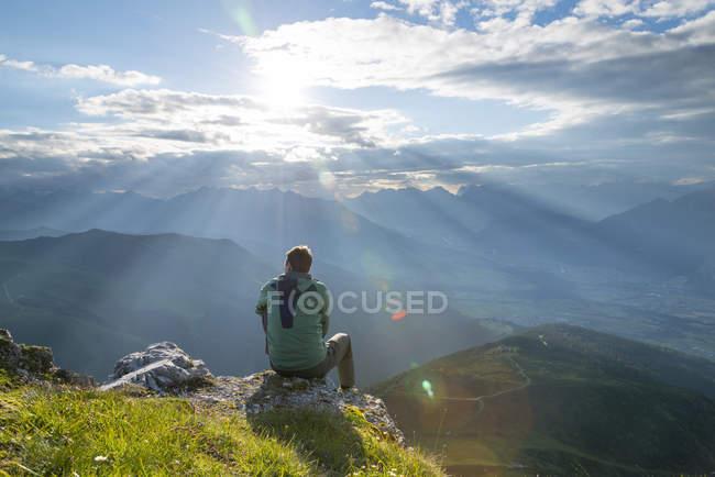 Caminhante sentado no ponto de vista — Fotografia de Stock
