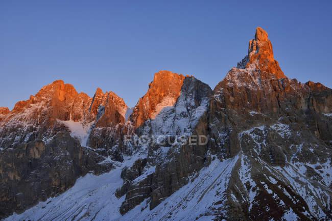 Le groupe de montagne Pale di San Martino avec le sommet de la montagne Cimon della Pala en automne avec la première neige au coucher du soleil — Photo de stock
