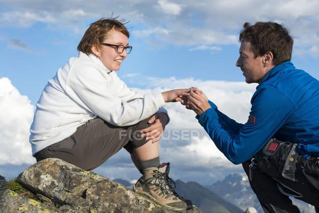 Mann macht Frau am Berg Heiratsantrag — Stockfoto