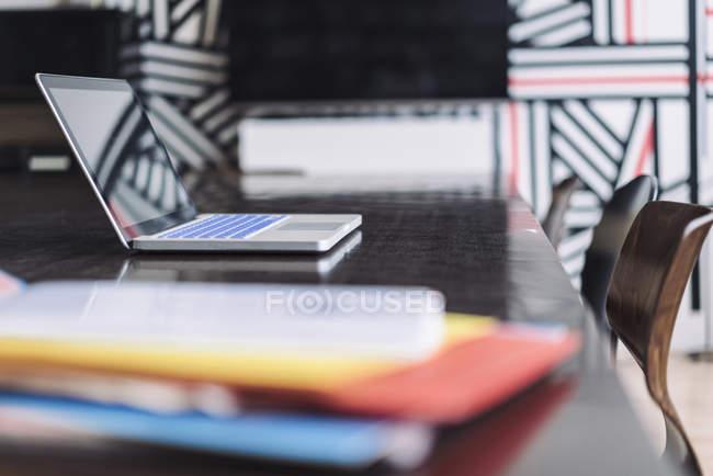 Ноутбук на столе в офисе — стоковое фото