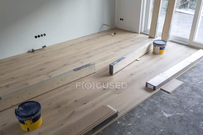 Укладка деревянного паркета в жилом доме — стоковое фото