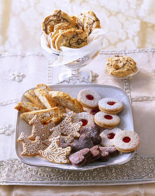 Выбор различных Рождественское печенье на плите — стоковое фото