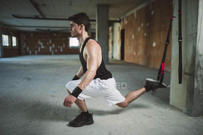 Молодой человек тренируется в подвеске — стоковое фото