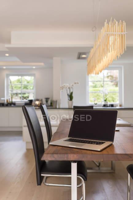 Moderna sala da pranzo con cucina open space su priorità bassa ...