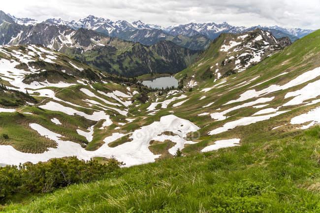 Вид на Альпы Альгау и Seealpsee вблизи Оберстдорф, Германия — стоковое фото