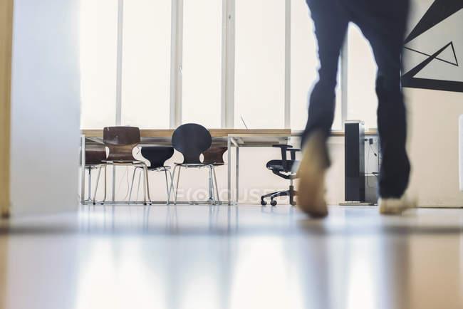 Mann läuft im Büro — Stockfoto