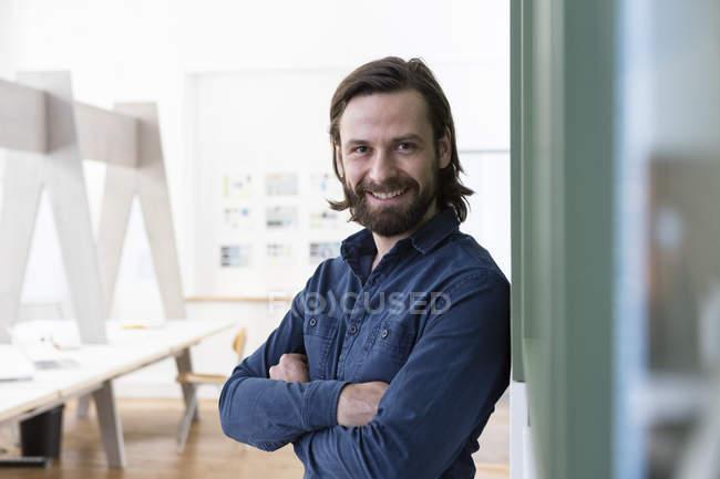 Portrait d'un homme souriant au bureau regardant la caméra — Photo de stock