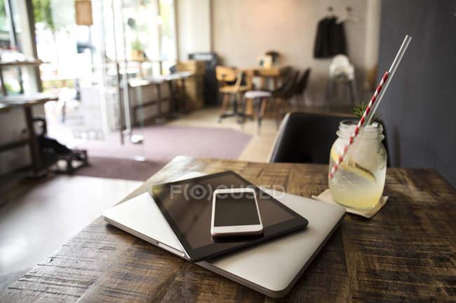 Dispositivi mobili sul tavolo in un caffè — Foto stock