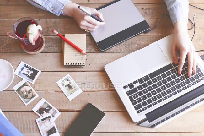 Immagine ritagliata di Illustrator che lavora a casa e utilizza tablet grafico — Foto stock