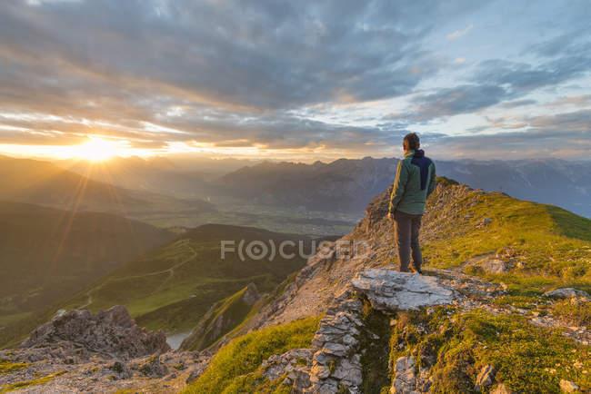Escursionista godendo il tramonto — Foto stock