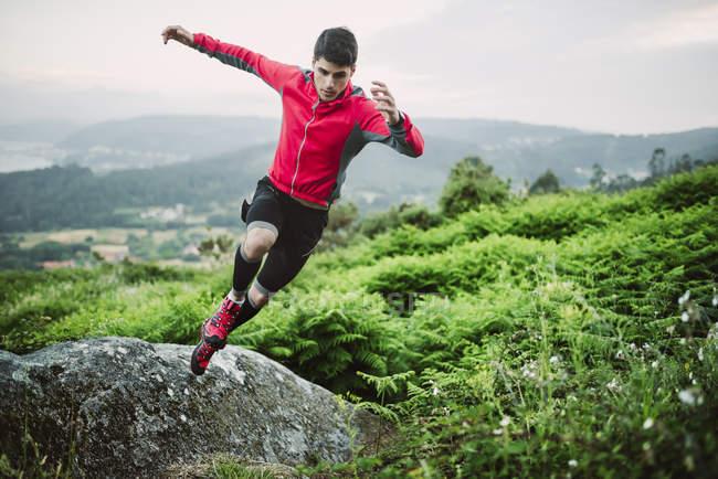 Trail бігун людина навчання в природі увечері — стокове фото