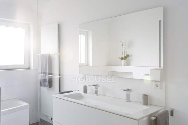 Интерьер современный белая ванная комната в квартире — стоковое фото