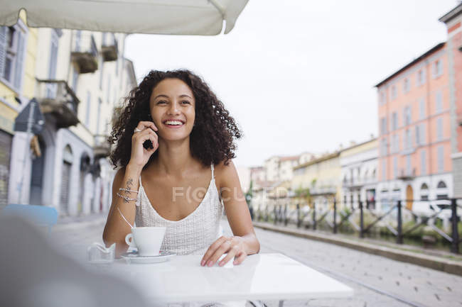 Smiling young woman on the phone — Stock Photo