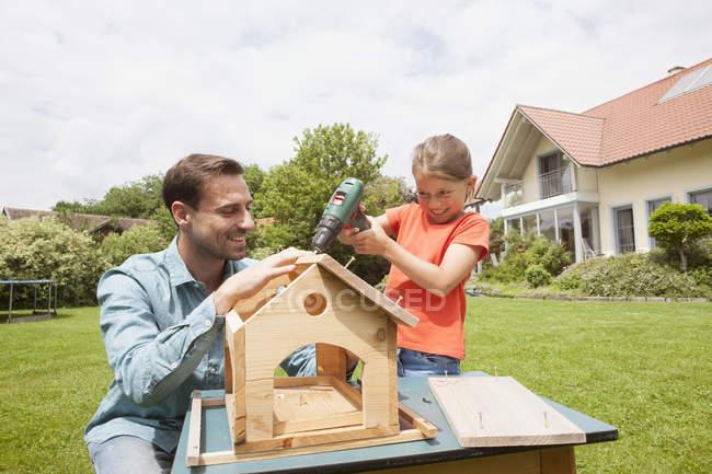 Pai e filha, construindo um birdhouse — Fotografia de Stock